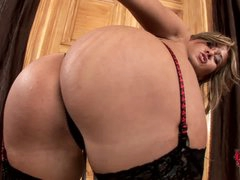 Lingerie-clad seductress Carmen in stockings show